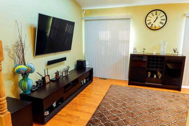 Tässä pienessä olohuoneessa on jo hiukan tunnelmaa, mutta miten sinä tekisit siitä vielä tyylikkäämmän?