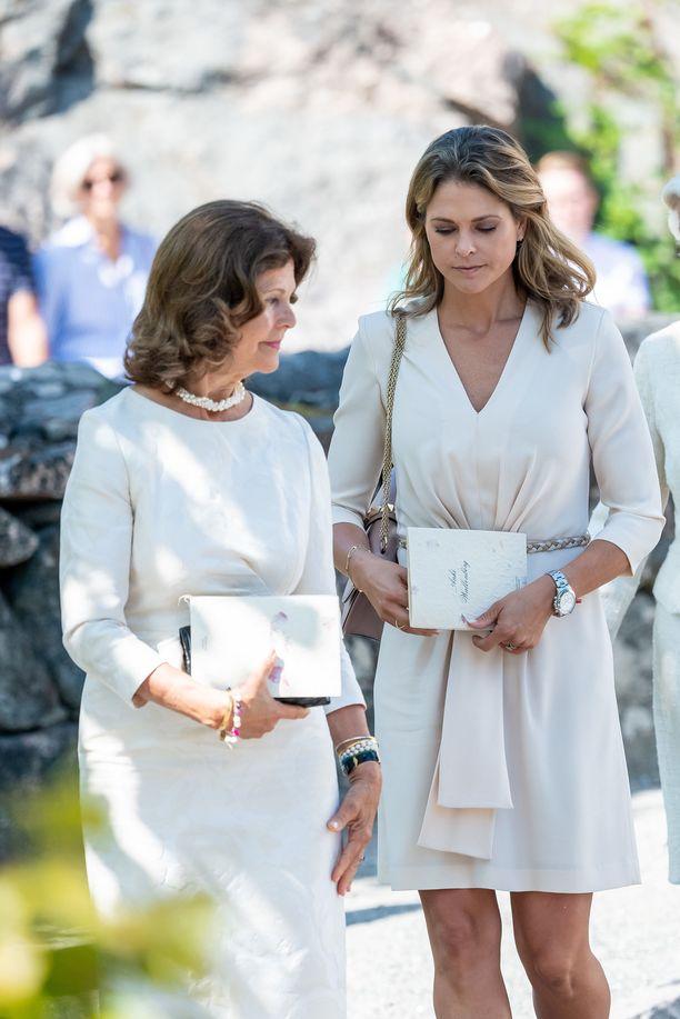 Kuningatar Silvia ja prinsessa Madeleine edustivat kuningasperhettä Anki Wallenbergin hautajaisissa 18. heinäkuuta.