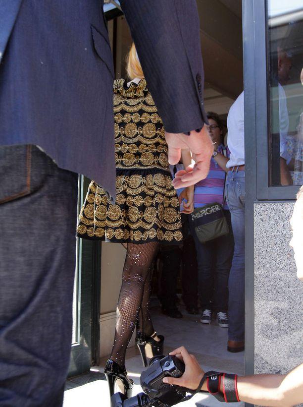 Paparazzi yritti ottaa Lady Gagan hameen alta kuvaa Romaniassa vuonna 2012. Kamera päätyi poptähden turvamiesten haltuun.