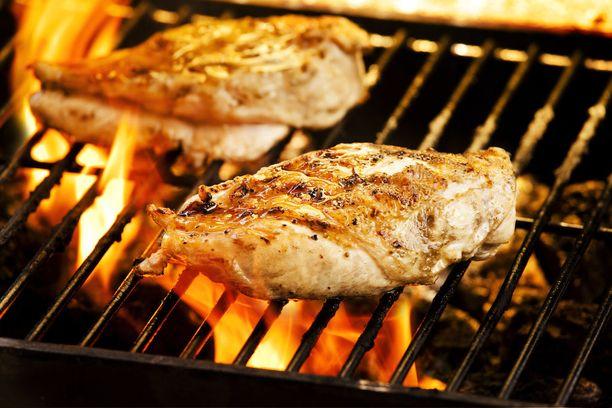 Grilli on hyvä huoltaa ja puhdistaa aina käytön jälkeen, sillä rasvaisiin ja huonokuntoisiin laitteisiin liittyy tulipalon riski.