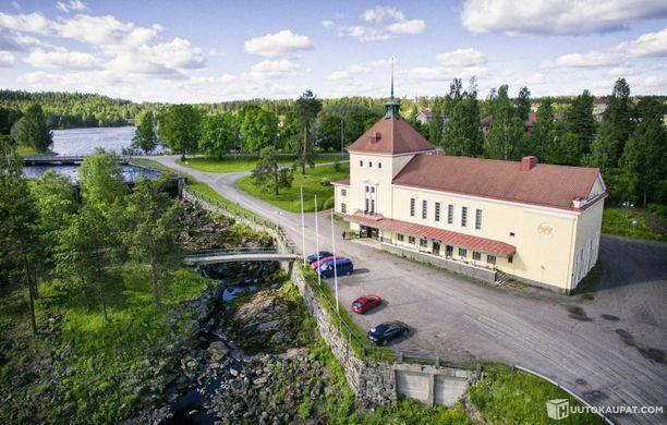 Jämsänkoski virtaa Ilveslinnan edestä.