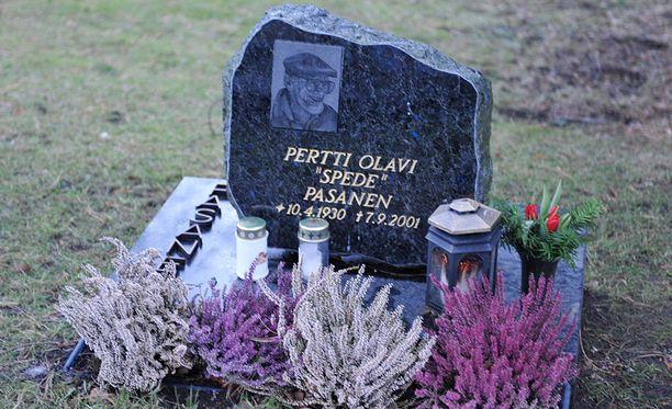 Spede Pasasen hautajaiset keräsivät mittavan saattojoukon.