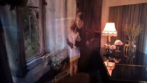 Verhotauluja käytetään niin ikkunassa kuin tilanjakajinakin. Tässä Helene Schjerfbeckin taideteos Äiti ja lapsi. Kuva yksityiskodista Naantalista.
