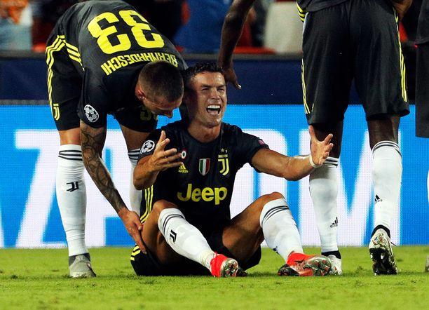 Cristiano Ronaldo vuodatti kyyneliä saamansa punaisen kortin jälkeen Valenciassa.