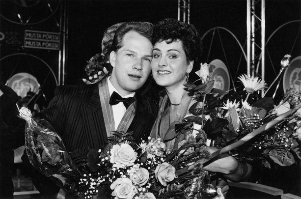 Jaana Lammi kruunattiin tangokuningattareksi vuonna 1990. Vierellä tuore tangokuningas Jouni Raitio.