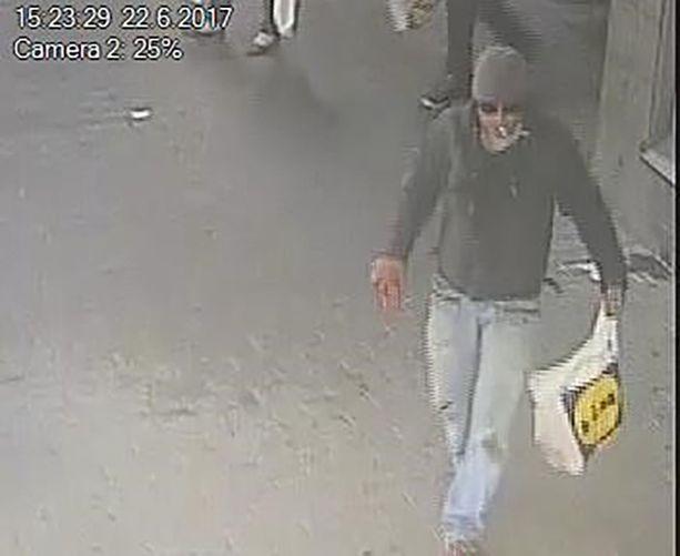 Poliisi epäilee, että kuvan mies anasti iäkkään naisen ruokakassin väkivaltaa käyttäen.