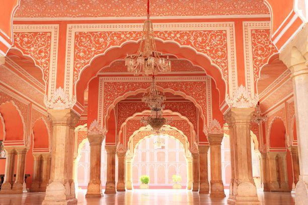 Jaipurin vaaleanpunainen väri on peräisin terrakottamaalista.