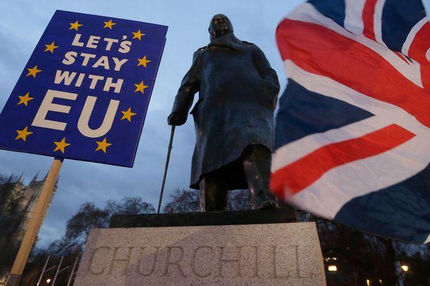 Parlamenttitalon ulkopuolella oltiin tiistaina illalla myös sitä mieltä, että saarivaltakunnan pitäisi pysyä EU:n jäsenenä. Näin ei tule todennäköisesti tapahtumaan.