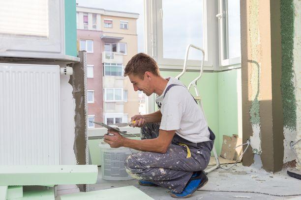 Epärehellisissä remonttifirmoissa työntekijät vaihtuvat tiuhaan ja vanhuksille myydään remontteja kiskurihintaan. Kuvituskuva.