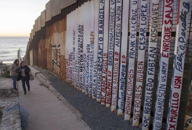 Nykyistä raja-aitaa Meksikon Tijuanassa.