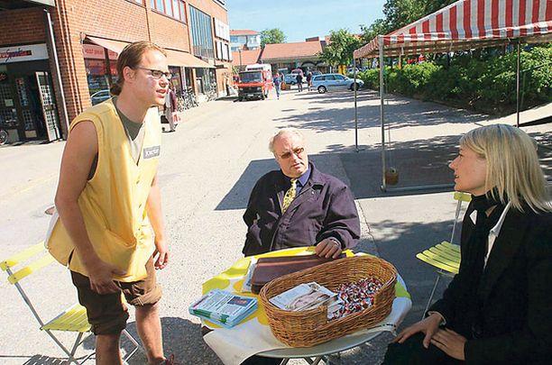 TERVETULOA AURINKOVAALIT! Joonas Lepistö, Seppo Kanerva ja Maria Guzenina kampanjoivat kesän 2004 lämmössä eurovaaleissa.<br>