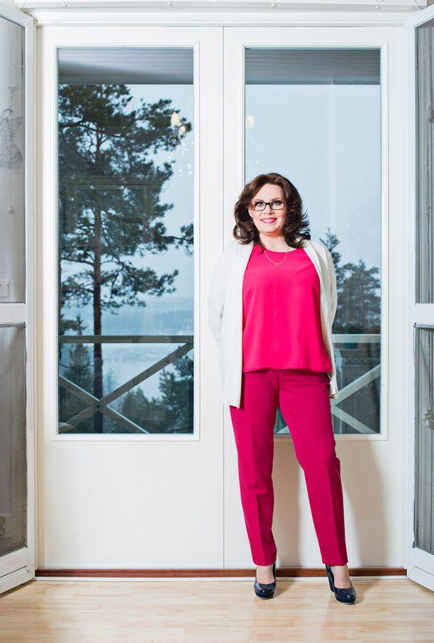 Nina Mikkonen on jo myynyt Pilvilinnasta työtilan sohvakaluston ja seuraavaksi vuorossa ovat Timon studion laitteet.