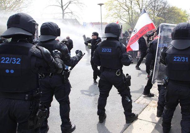 Poliisi oli Plauenissa valmiina pysäyttämään yhteenotot.