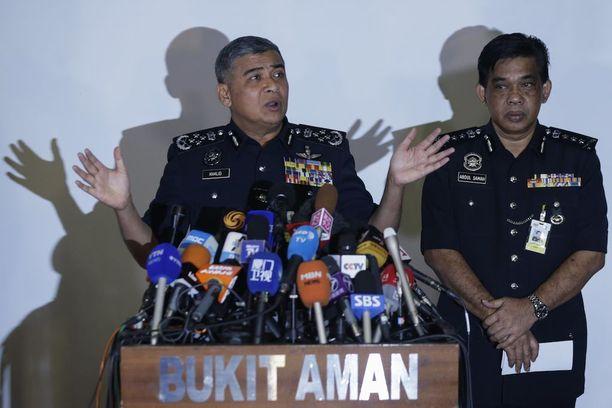 Tutkinnanjohtaja Khalid Abu Bakar (vas.) kertoi tutkinnan etenemisestä. Malesia on etsintäkuuluttanut korkea-arvoisen pohjoiskorealaisen diplomaatin.