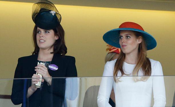 Prinsessat Eugenie ja Beatrice olivat vetäneet päähänsä muita vieraita maltillisemmat päähineet.