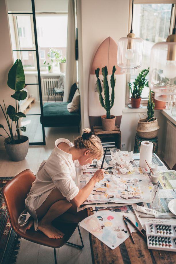 Sara Vanninen aloitti taulujen maalaamisen aivan nollista.