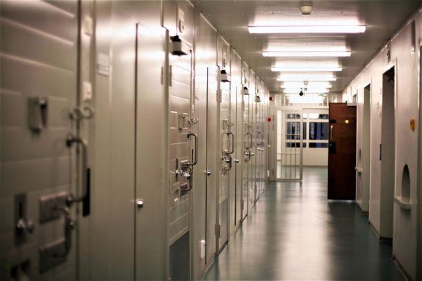 Kahdesti ihmisen hengen riistänyt mies on kyennyt opiskelemaan menestyksekkäästi vankilassa. Kuvituskuva Riihimäen vankilasta.