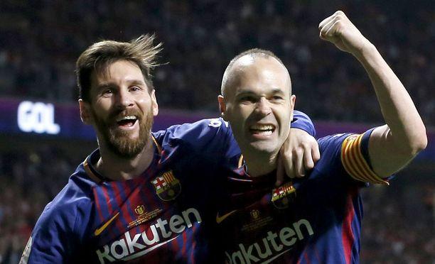 Leo Messi (vas.) ryntäsi onnittelemaan Andrés Iniestaa 4-0-maalin jälkeen.
