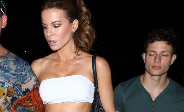 Kate Beckinsale ja Matt Rife ovat viihtyneet yhdessä tämän tästä jo yli vuoden.