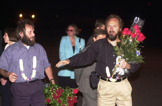 Panttivankeina pidetyt Seppo Fränti (vas.) ja Risto Vahanen saapuivat Helsinki- Vantaan lentoasemalle ulkoministeriön erikoiskoneella Libyasta 12.9.2000.