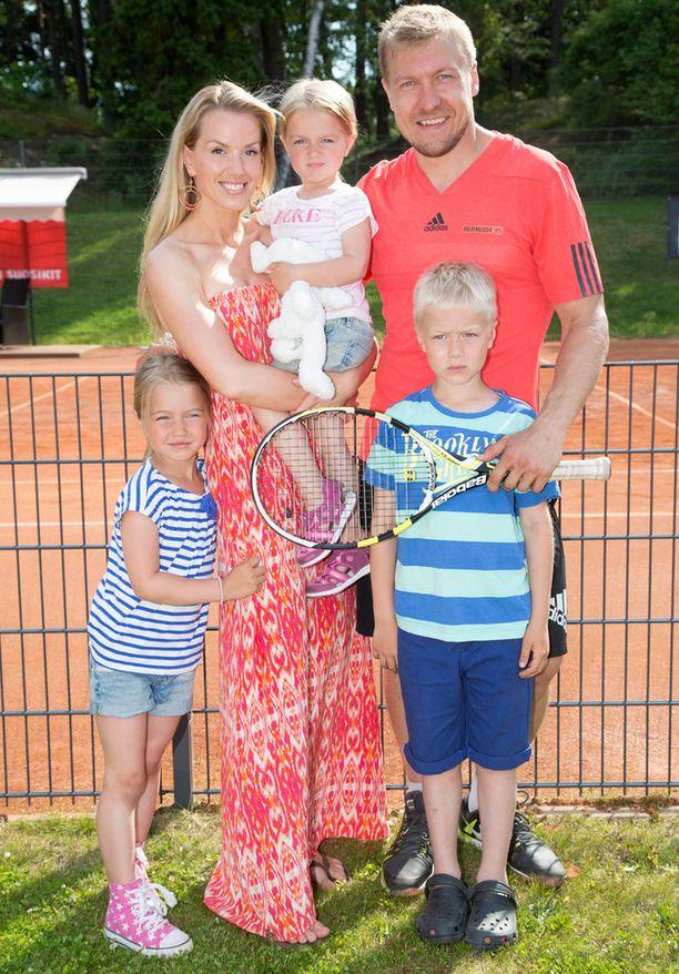 Piritta, Niklas, Lila, Eliana ja Lukas Hagman.