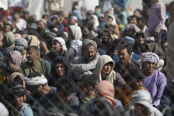 Talibania pakoon lähteneitä ihmisiä Afganistanin ja Iranin rajalla 16. elokuuta.