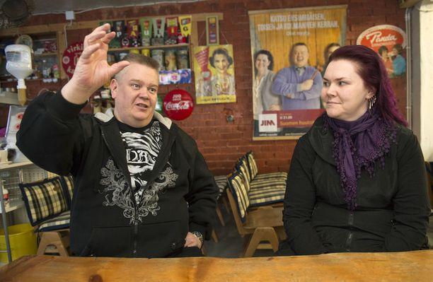 Aki ja Heli Palsanmäki söivät alkuvuosina maksalaatikkoa ja makaroonia. Jos ei ollut rahaa, oltiin kotona ja katsottiin Peyton Placea telkkarista.