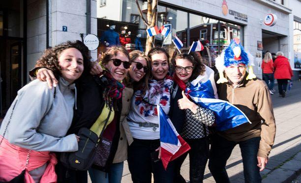 """Ranskalaiset iloitsivat voitosta: """"Olemme onnellisia"""", Marie (keskellä) sanoo."""