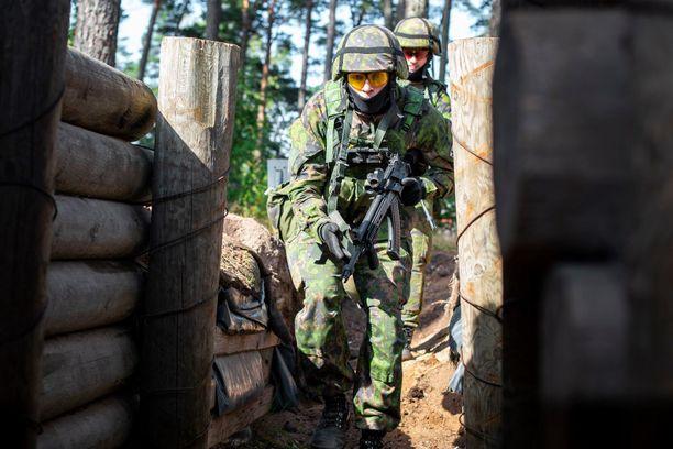 Puolustusvoimissa noudatetaan edelleen jo keväällä aloitettua poikkeusjärjestelyä, jossa varusmiehet ja kouluttajat on jaettu useisiin ryhmiin, jotka eivät kohtaa missään vaiheessa (arkistokuva).
