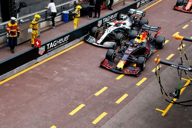 Max Verstappen ahdisti Valtteri Bottaksen päin varikkovallia Monacon osakilpailun puhuttaneimmassa tilanteessa.