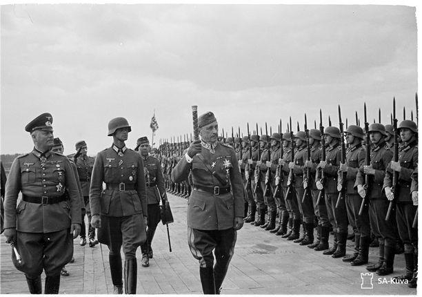 Mannerheim tarkastaa saksalaista kunniakomppaniaa 27. kesäkuuta 1942.