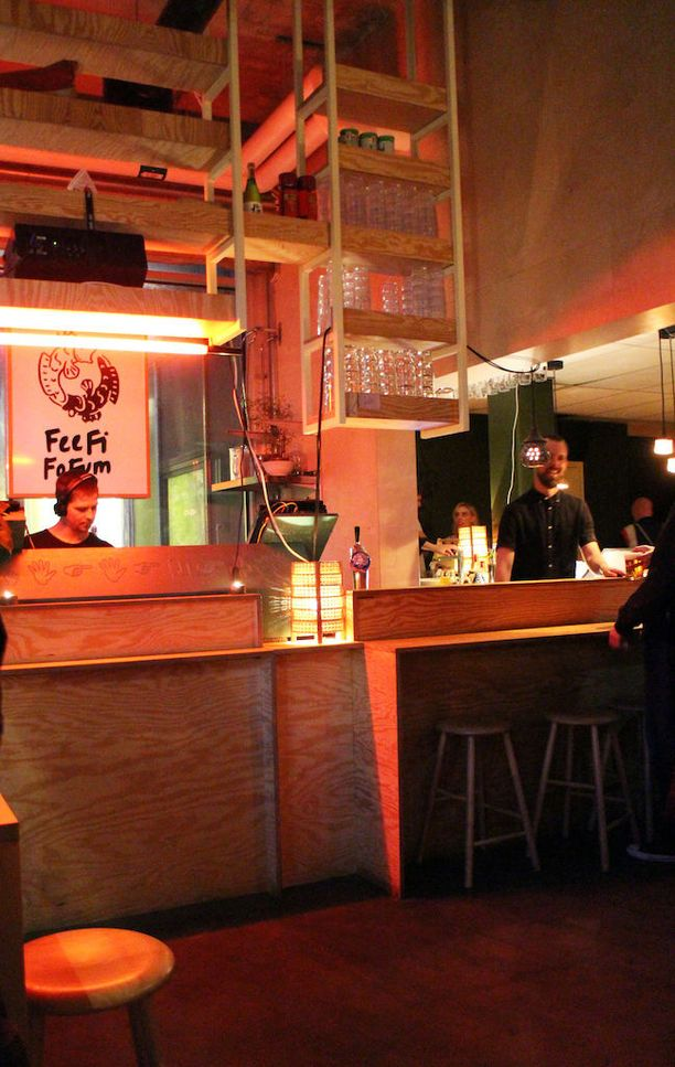 Fee Fi Fo Fumiin kannattaa saapua hyvissä ajoin, sillä puolenyön jälkeen tanssilattia alkaa olla tupaten täynnä.