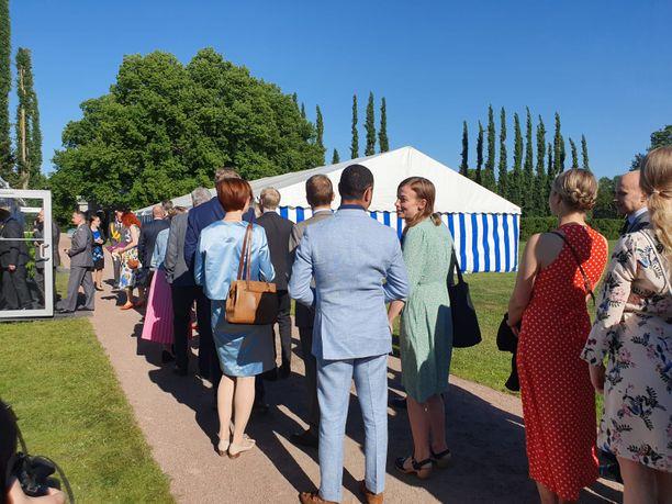 Opetusministeri Li Andersson jonotti muiden vieraiden kanssa juhlatelttaan sunnuntaina.
