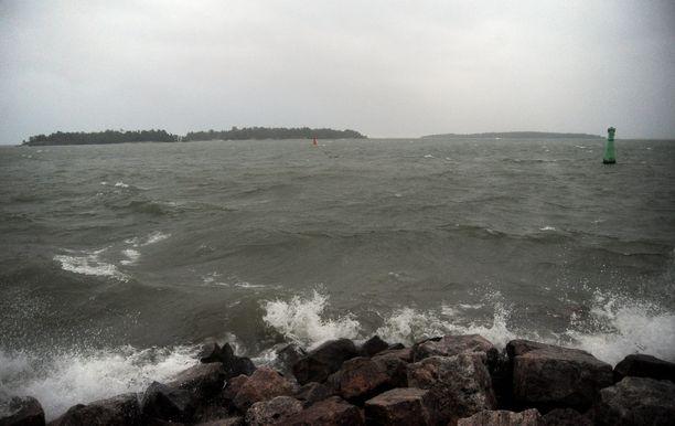 Myrskytuulien nostattamat aallot häiritsevät myös laivaliikennettä.