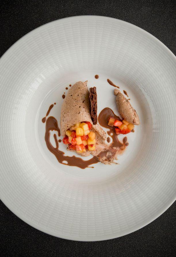 Suklaista jälkkäriä raikastaa marinoitu hedelmäsalaatti.
