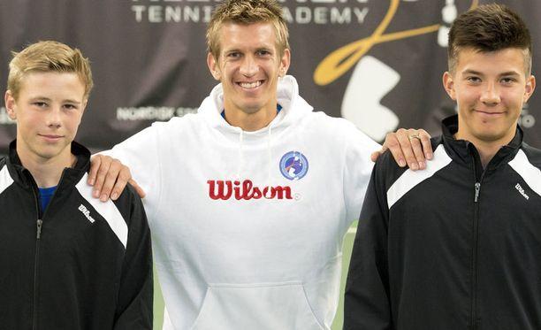 Jarkko Nieminen (kesk.) poseeraa Eero Vasan (vas.) ja Patrik Niklas-Salmisen kanssa.