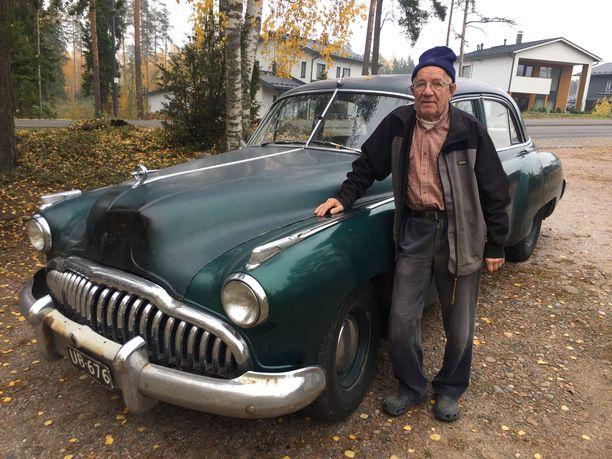 """Roald """"Pelle"""" Lönnbergin vuosimallin 1949 Buick on tunteita herättävä näky arkiliikenteessä. Varsinkin, kun sen voi bongata mihin vuodenaikaan tahansa, myös myöhäissyksyn räntäsateilla. Auto ei ole entisöity antiikkiaarre, kun käytön ja kulumisen jälkiä 70 vuoden ajalta ei ole paikkailtu."""