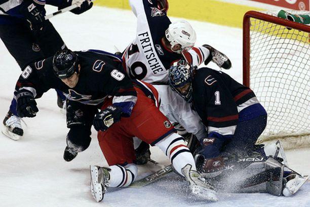 Vancouver-Columbus -ottelussa nähtiin, kuinka sulokasta NHL-kiekko voi parhaimmillaan olla. Kasan vasemmalla laidalla sukeltaa Sami Salo.