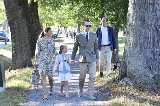 Kruununprinsessa Victoria ja prinssi Daniel saattelivat Estellen kouluun tämän ensimmäisenä esikoulupäivänä elokuussa.