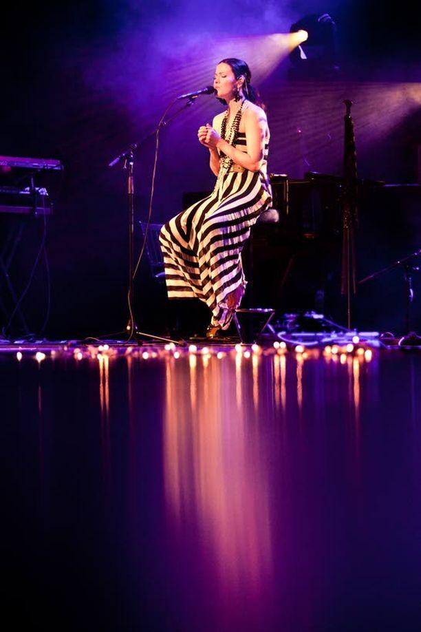 Viime keväänä Hyvinkään konsertissa Jenni esitti kappaleita myös akustisesti.