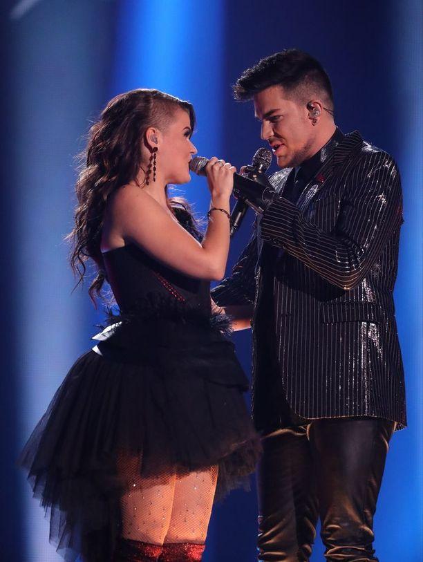 """Adam Lambert sanoi suorassa lähetyksessä dueton jälkeen Saaralle suomeksi sanat """"minä rakastan sinua""""."""