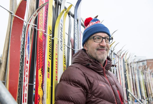 Italian hiihtolegenda Silvano Barco työskentelee hiihtovoiteista tutun Rexin palveluksessa. Mies kiertää työnsä vuoksi hiihdon ja ampumahiihdon maailmancupissa.
