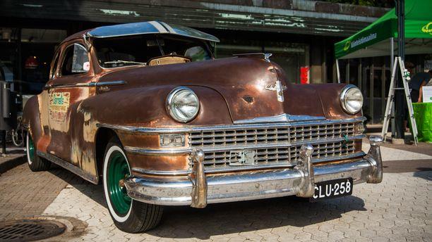Patinoitunut Chrysler edustaa 1940-luvun loppupuolen tyylikästä muotoilua, jolloin autoissa oli vielä pulleat lokasuojat.