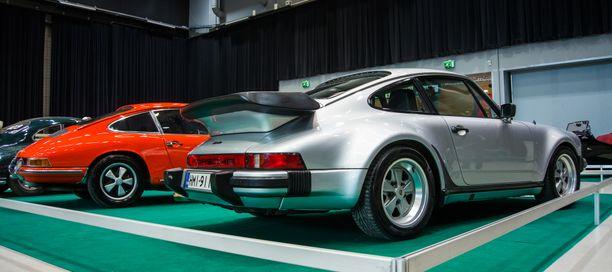 Porsche 911 Turbo oli aikakaudellaan nopeimpia sarjatuotantoautoja kiihtyvyydeltään kirmaten nollasta sataan jopa alle 5 sekunnissa.