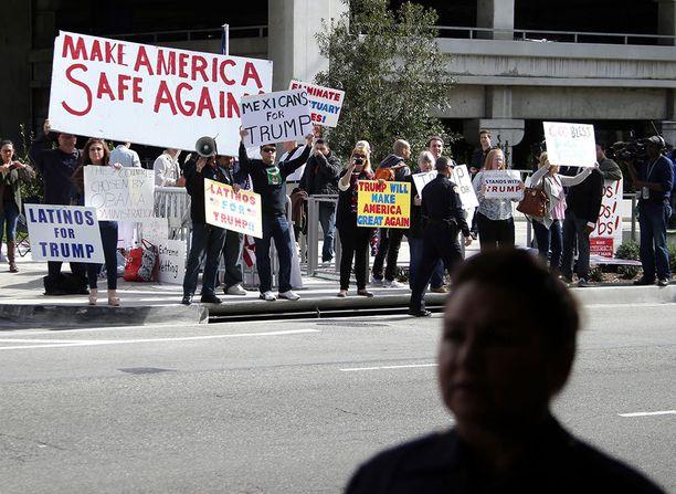 Trumpin edellistä maahantulokieltoa tukeneita mielenosoittajia Los Angelesin lentokentällä helmikuun alussa.