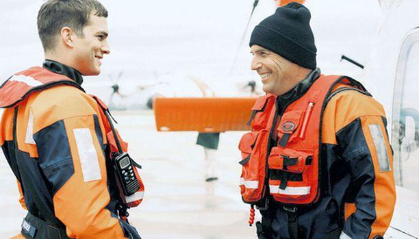 Kevin Costner taistelee ärjyvän meren kanssa.