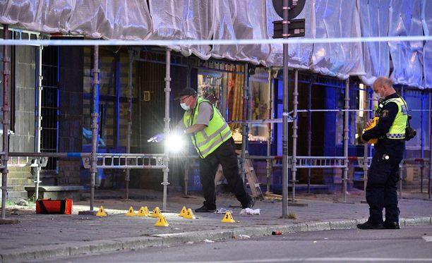 Poliisi tutki rikospaikkaa Malmön Drottninggatanilla.