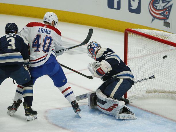 Montreal Canadiensin Joel Armia ohjasi kiekon ohi Joonas Korpisalon toisen erän alkupuolella.