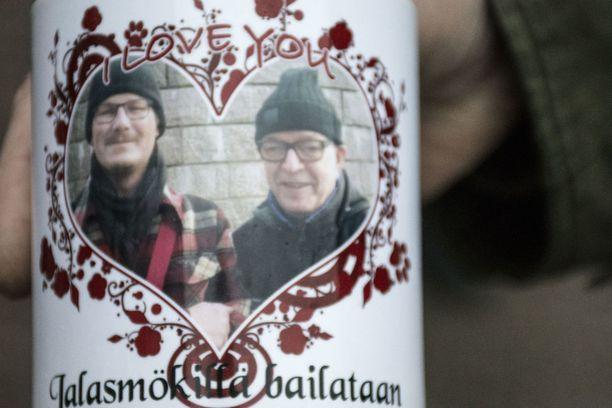 Eräs Väyrysen kannattaja on tehnyt Paavo-mukin, jossa lukee I love You - Jalasmökillä bailataan!.
