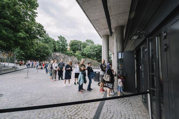 Myös Ruotsissa on hiljalleen avattu julkisia nähtävyyksiä pitkään jatkuneen sulun jälkeen. Kuva Vasa-museon avajaisista.